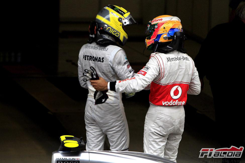 Lewis Hamilton felicita a Nico Rosberg por su victoria en Shanghái
