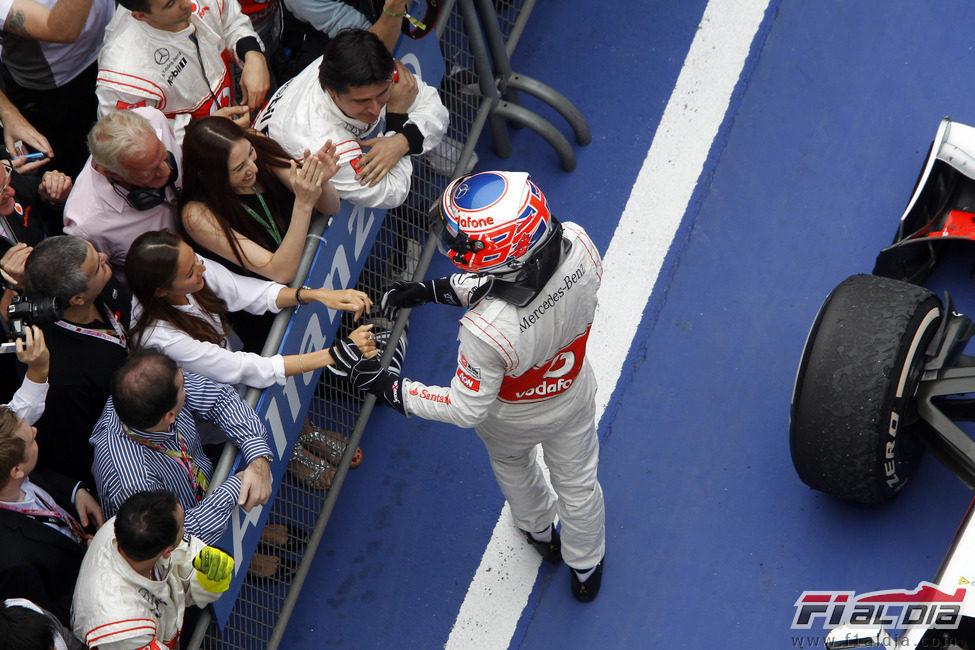 Jessica Michibata felicita a Jenson Button tras su segundo puesto