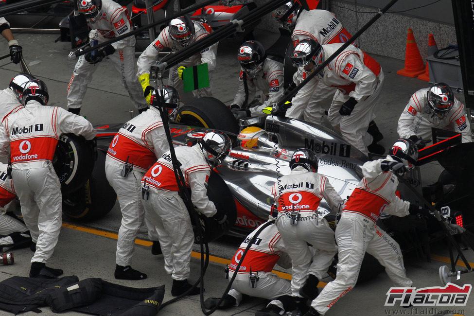 Parada en boxes para Lewis Hamilton en la carrera de China