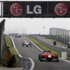 Timo Glock entra al 'pit lane' con su monoplaza