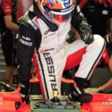 Timo Glock se sube al coche para disputar la clasificación de China