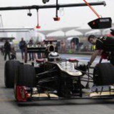 Kimi Räikkönen regresa al garaje durante la clasificación del GP de China