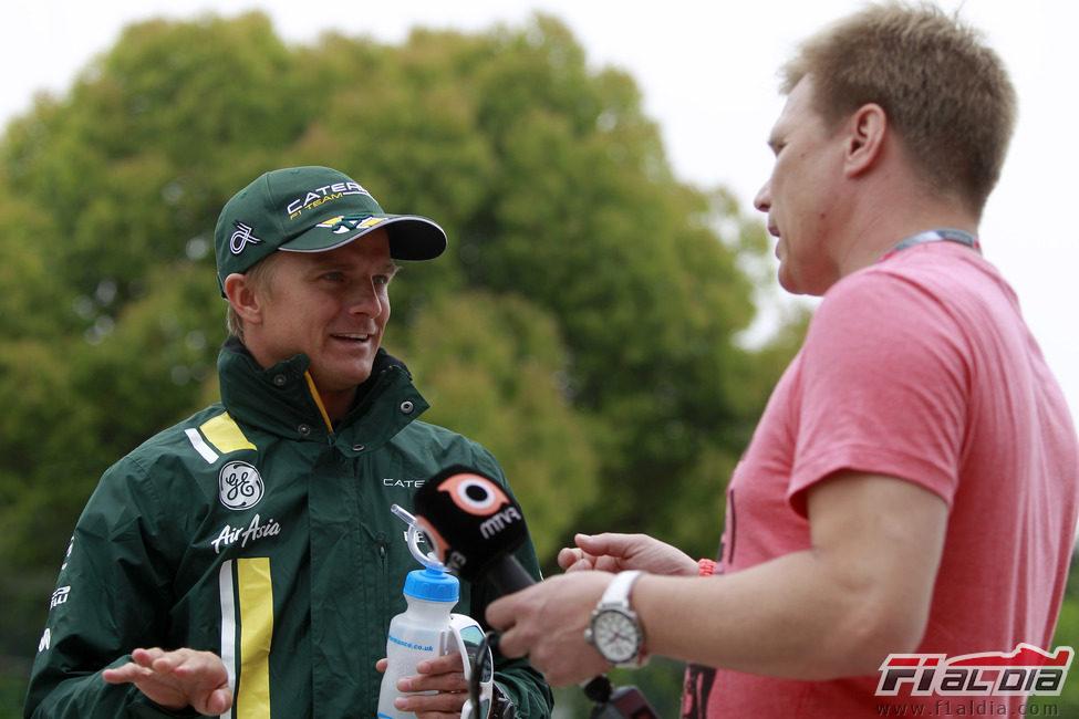 Heikki Kovalainen junto a Mika Salo en China