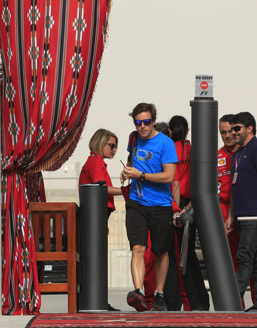 Fernando Alonso entra el circuito de Sakhir