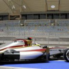 Pedro de la Rosa abandona el garaje de HRT