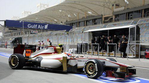 Narain Karthikeyan sale del 'box' de HRT con su F112