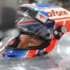 Plano de Jenson Button sentado en su MP4-27