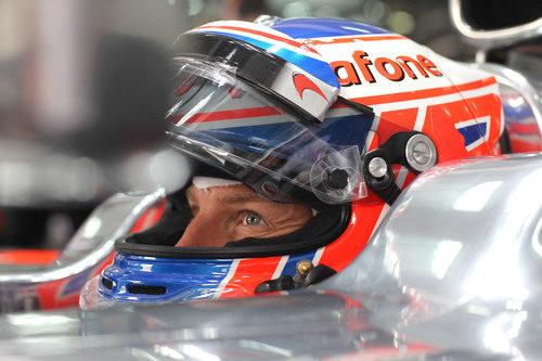 Plano de Jenson Button sentado en su MP4-27