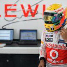 Lewis Hamilton en el 'box' de McLaren