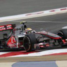 Lewis Hamilton rueda en los entrenamientos del GP de Baréin