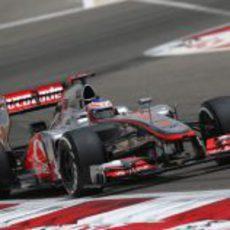 Jenson Button con su MP4-27 en los entrenamientos de Baréin