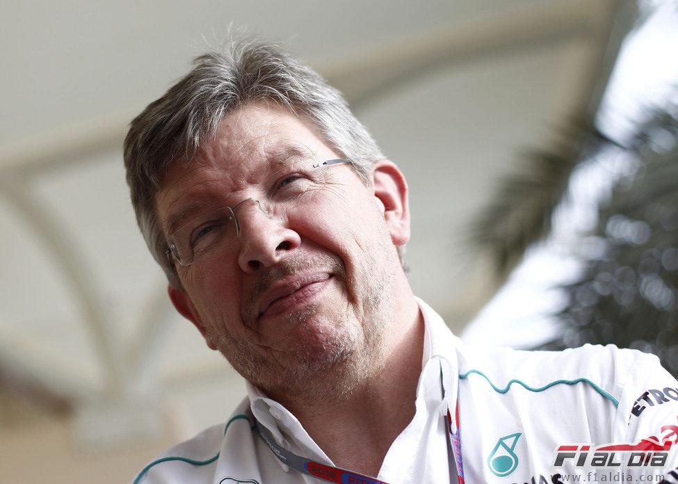 Ross Brawn sonríe en el paddock del circuito de Sakhir