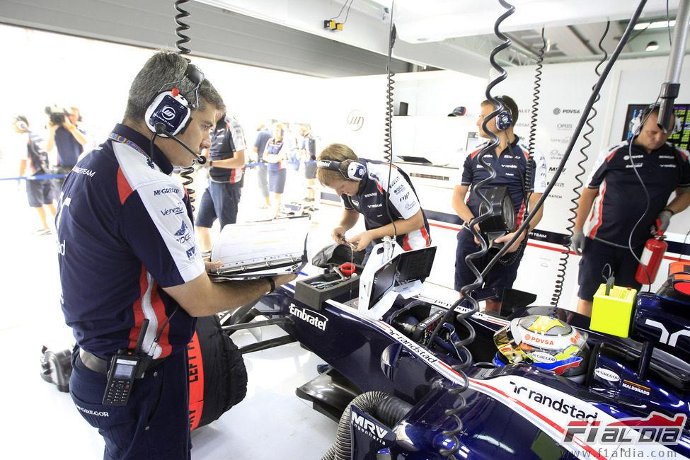 Xevi Pujolar inspecciona el coche de Pastor Maldonado