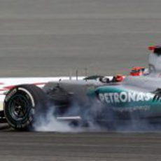 Michael Schumacher bloquea sus neumáticos en los libres de Baréin