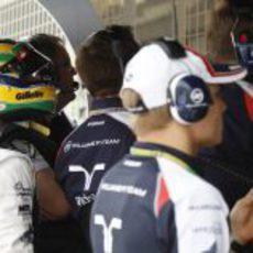 Bruno Senna echa un vistazo en el muro