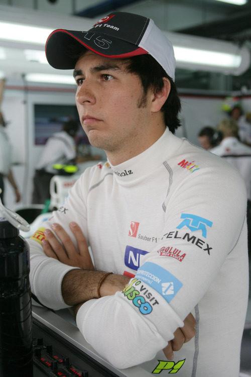 Sergio Pérez con gesto serio en el box de Sauber