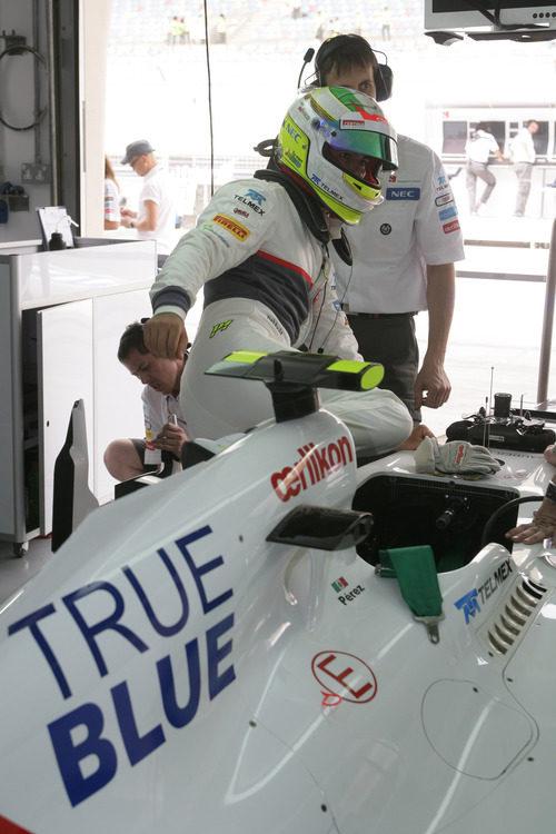 Sergio Pérez se sube al Sauber durante los libres de Baréin
