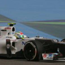 Sergio Pérez a bordo de su Sauber en los libres de Baréin