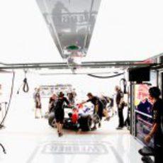 El RB8 de Mark Webber es empujado de regreso al garaje