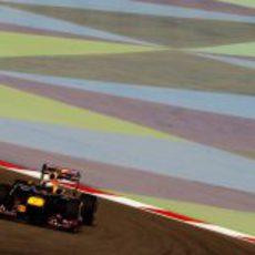 Sebastian Vettel encara una curva durante los libres de Baréin