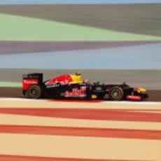 Mark Webber a toda velocidad en una de las rectas de Sakhir