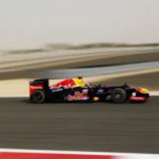 Sebastian Vettel rueda sobre el caluroso asfalto de Sakhir