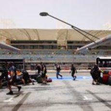 Los dos monoplazas de Red Bull regresan al garaje del equipo
