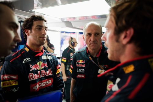 Daniel Ricciardo habla con sus ingenieros en los primeros libres de Baréin