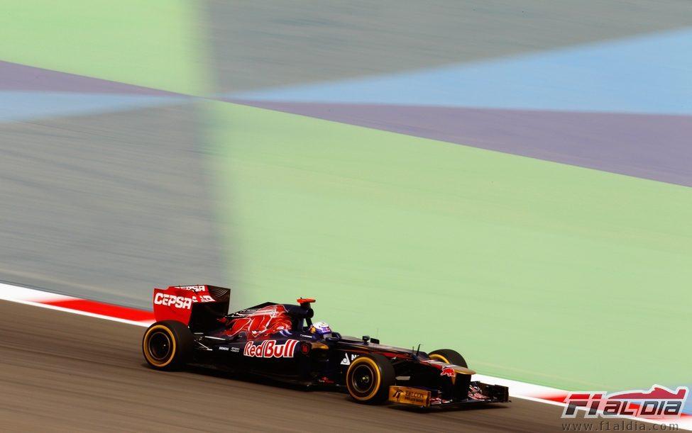 Daniel Ricciardo rueda en los segundos libres de Baréin
