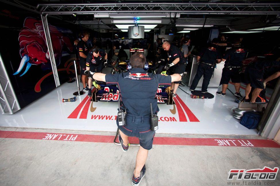 Daniel Ricciardo apunto de salir a la pista en los segundos libres