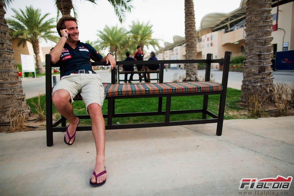 Jean-Eric Vergne disfruta del jueves sentando en el 'paddock' de Baréin.