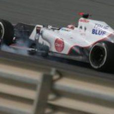 Kamui Kobayashi lucha con su C31 en Baréin