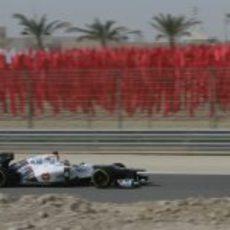 Sergio Pérez rueda con su C31 sobre el desértico circuito de Baréin