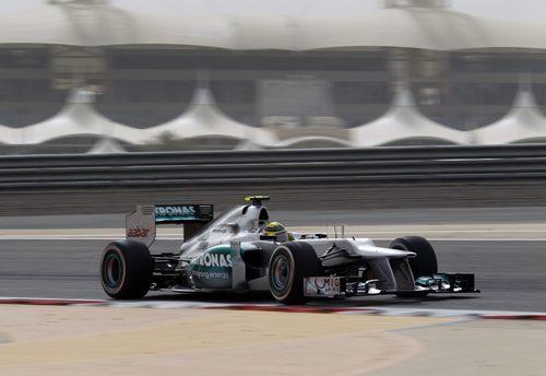 Nico Rosberg lucha por marcar el mejor crono de Q3
