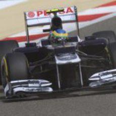 Bruno Senna toma la curva uno del GP de Baréin