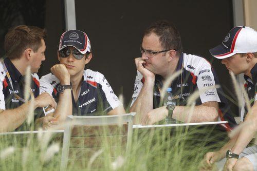 Bruno Senna habla con sus ingenieros en Baréin