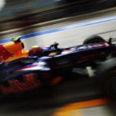 Mark Webber sale de boxes durante los libres del sábado en Baréin
