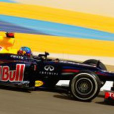 Sebastian Vettel pilota durante la clasificación de Baréin 2012