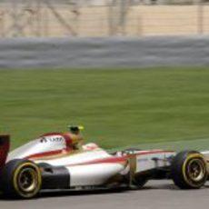 Narain Karthikeyan rueda durante la clasificación del GP de Baréin