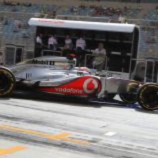 Jenson Button sale del 'box' de McLaren