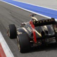 Kimi Räikkönen saliendo de boxes en la clasificación del GP de Baréin