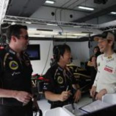 Romain Grosjean relajado en el box de Lotus