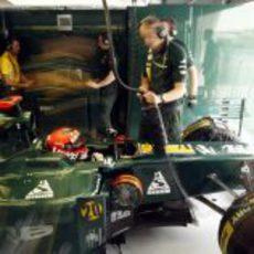 Heikki Kovalainen espara para saltar a la pista en la Q1 de Baréin