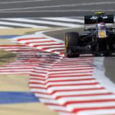 Vitaly Petrov en su vuelta lanzada de la clasificación de Baréin