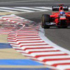 Timo Glock completando con su Marussia una vuelta en la sesión de clasificación del GP de Baréin