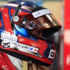 Charles Pic poniéndose el casco