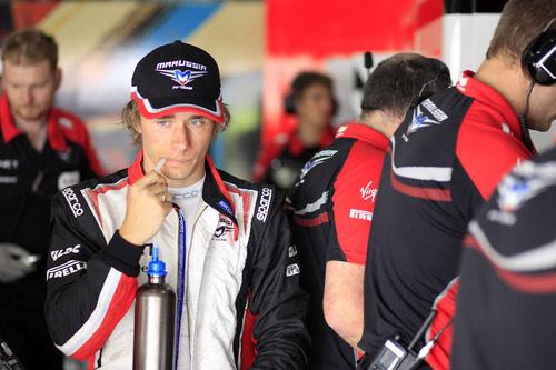 Charles Pic bebiendo un poco después de la clasificación en el GP de Baréin