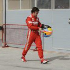 Fernando Alonso camina con su casco en la mano