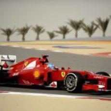 Fernando Alonso rueda en el circuito de Baréin