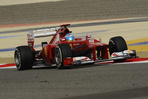 Fernando Alonso toma una curva en Baréin